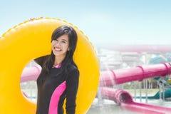 Vrouw met opblaasbare buis in een pool royalty-vrije stock fotografie