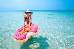 Vrouw met opblaasbare ring op strand royalty-vrije stock foto's