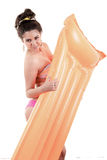 Vrouw met opblaasbare strandmatras. royalty-vrije stock fotografie