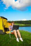 Vrouw met openlucht laptop Stock Afbeeldingen