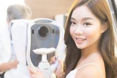 Vrouw met optometrie royalty-vrije stock fotografie