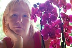 Vrouw met orchidee Stock Afbeelding