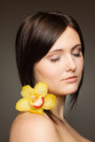 Vrouw met orchidee Stock Foto