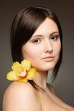 Vrouw met orchidee Stock Foto's