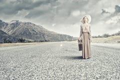 Vrouw met oude koffer Royalty-vrije Stock Foto