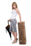 Vrouw met oude koffer en paraplu Stock Foto's