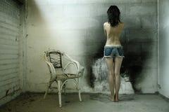 Vrouw met oude stoel Stock Afbeelding