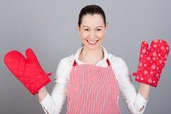 Vrouw met ovenvuisthandschoenen royalty-vrije stock afbeeldingen