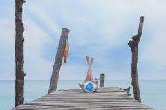 Vrouw met overzees, Koh Kood-eiland stock foto's