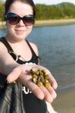 Vrouw met overzeese shells Stock Afbeelding