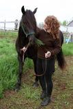 Vrouw met paard op gebied royalty-vrije stock afbeelding