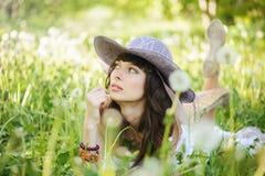Vrouw met paardebloemen Stock Afbeelding
