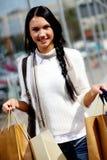 Vrouw met papieren zakken Stock Fotografie