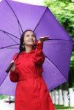 Vrouw met paraplu die regendalingen vangen Stock Afbeeldingen