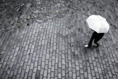 Vrouw met paraplu in regen royalty-vrije stock foto