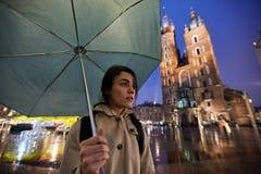 Vrouw met paraplu in regenachtig Krakau Polen royalty-vrije stock fotografie