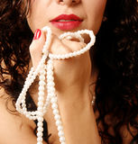 Vrouw met parelhalsband Stock Foto's
