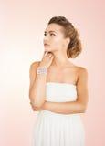 Vrouw met pareloorringen en armband stock foto