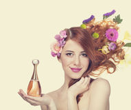 Vrouw met parfum Stock Foto's