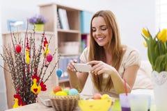 Vrouw met Pasen-decoratie stock afbeeldingen