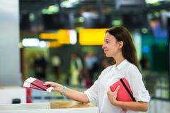 Vrouw met paspoorten en instapkaarten bij stock foto