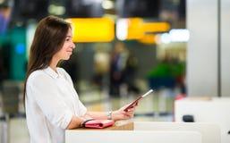 Vrouw met paspoorten en instapkaarten bij stock afbeelding
