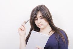 Vrouw met pen en notitieboekje Stock Foto's