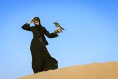 Vrouw met Peregrine Falcon Stock Afbeelding