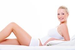 Vrouw met perfecte benen in witte lingerie Stock Foto