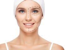 Vrouw met perforatielijnen op haar gezicht royalty-vrije stock afbeelding