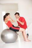 Vrouw met persoonlijke trainer Stock Afbeelding