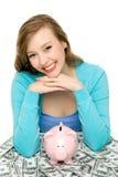 Vrouw met piggybank en dollarrekeningen Royalty-vrije Stock Afbeelding