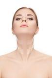 Vrouw met pijlen op gezicht over witte achtergrond hals mede opheffen royalty-vrije stock fotografie