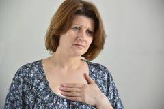 Vrouw met pijn in borst, angina royalty-vrije stock foto