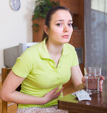 Vrouw met pijn in de maag Royalty-vrije Stock Foto