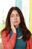 Vrouw met pijn in de slingering royalty-vrije stock fotografie