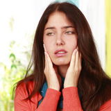 Vrouw met pijn in de slingering stock afbeeldingen