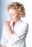 Vrouw met pijn in haar schouder Royalty-vrije Stock Afbeeldingen