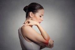 Vrouw met pijnlijke elleboog op grijze achtergrond Royalty-vrije Stock Foto