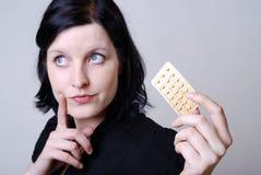 Vrouw met pil Royalty-vrije Stock Afbeeldingen