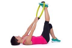 Vrouw met Pilates-ring Stock Foto's