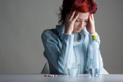 Vrouw met pillen royalty-vrije stock afbeelding