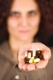 Vrouw met pillen Stock Fotografie