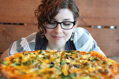 Vrouw met pizza Stock Afbeeldingen
