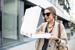 Vrouw met pizza in openlucht royalty-vrije stock fotografie
