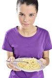 Vrouw met plaat van spaghetti Stock Fotografie