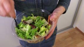 Vrouw met plantaardige salades in plastic kom stock videobeelden