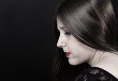 Vrouw met porseleinhuid en glanzend haar stock afbeeldingen