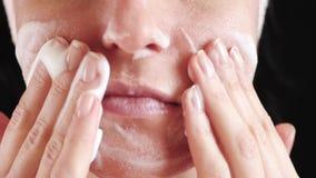 Vrouw met probleemhuid en vergroot poriënclose-up Het meisje maakt het gezicht met schuim schoon Het concept natuurlijk stock video