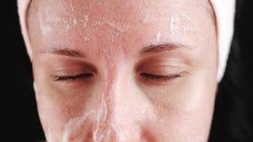 Vrouw met probleemhuid en vergroot poriënclose-up Het meisje past een middel om de huid toe te reinigen, masserend en stock videobeelden